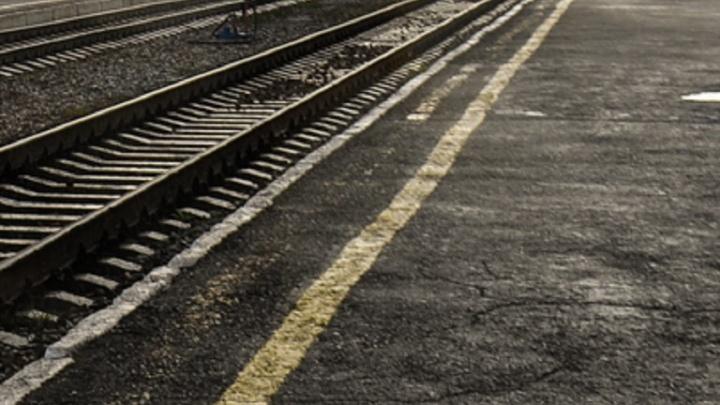 В Ревде поезд насмерть сбил женщину —она переходила пути рядом с оборудованным переходом