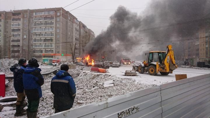 На трамвайном кольце на Эльмаше загорелась строительная бытовка