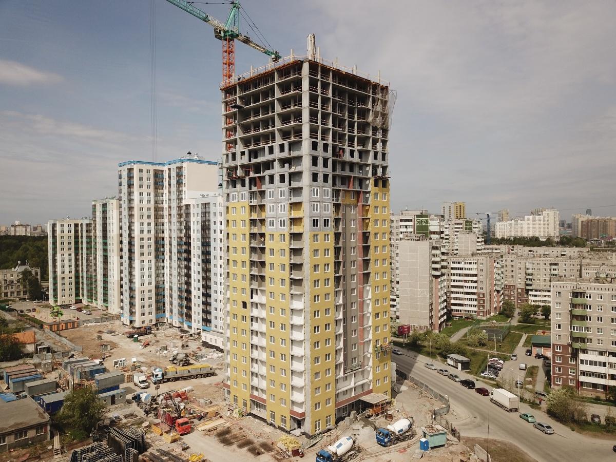 В строящемся третьем доме на разных этажах одновременно идут разные работы