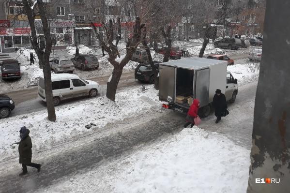 Водители автофургонов считают своим святым правом занимать весь тротуар, если им нужно разгрузить товар