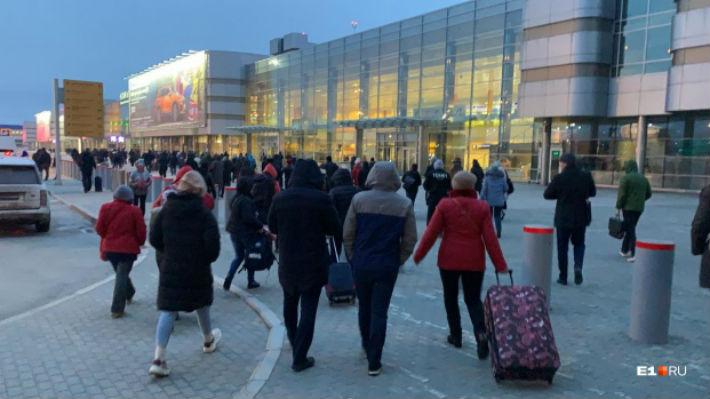 Как аэропорт Кольцово эвакуировали из-за сообщения о минировании: онлайн-трансляция