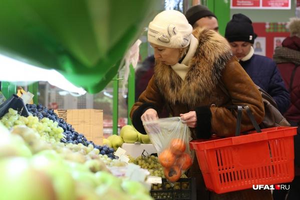 """По мнению чиновников, в этом году пенсионерам для выживания достаточно <nobr class=""""_"""">7 801</nobr> рубль в месяц"""