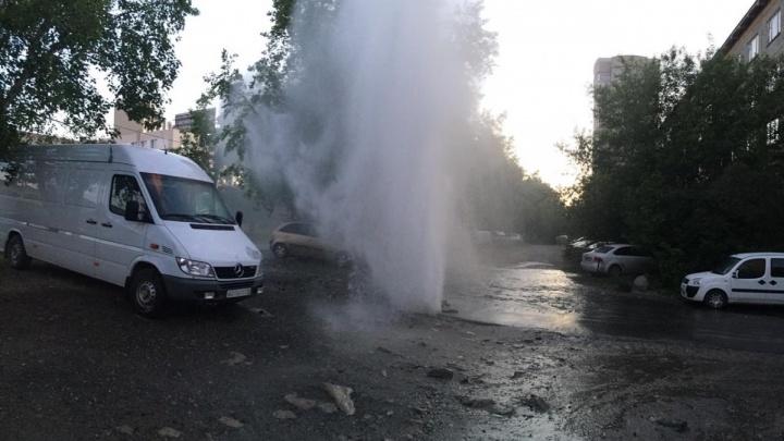 Итоги ночи опрессовок в Екатеринбурге: четыре коммунальных гейзера, три пострадавшие машины