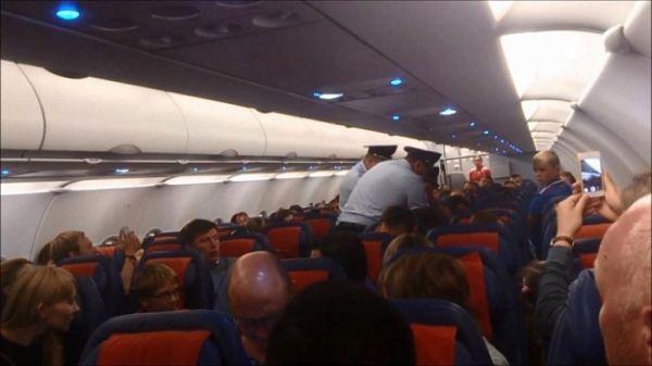 Хулиган на борту: авиадебошира оштрафовали на 150 тысяч рублей и внесли в черный список пассажиров