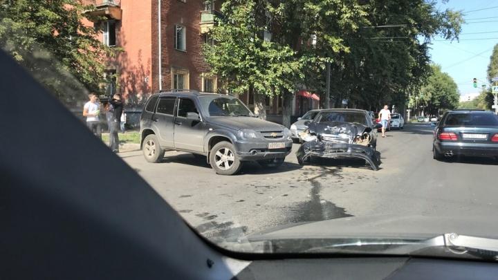 Капот — всмятку: на Елизарова водитель «Приоры» на скорости влетел в «Ниву»