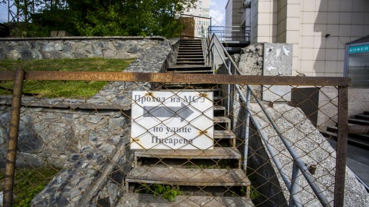 Лестницу для инвалидов огородили забором. Теперь его уберут, но ходить тут всё равно невозможно