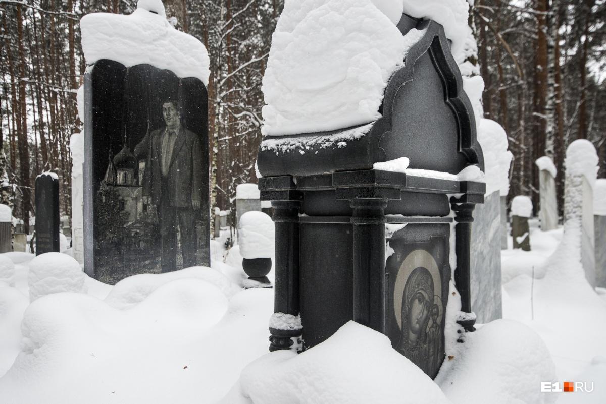 Кладбища с историей: за что цыганам на Урале ставят огромные памятники