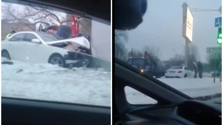 Нетрезвый тюменец на Mercedes протаранил билборд