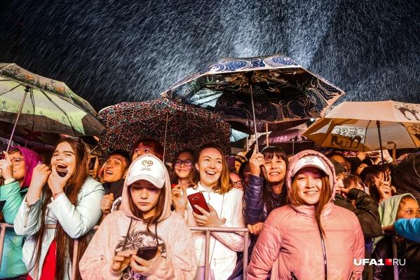 Зрители мужественно переносили дождь и холод. Видимо, погода помешала собрать их столько же, сколько было в первый день фестиваля. Или не только погода?