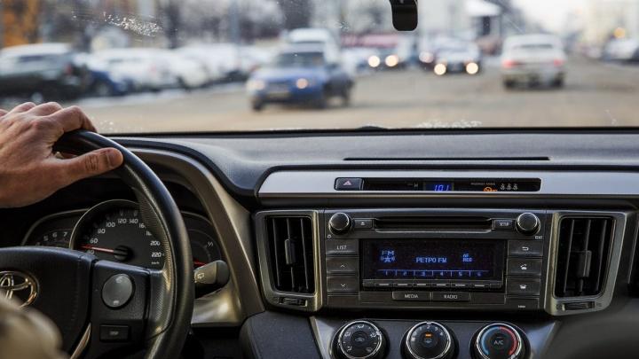 «Увидел, как жена садится в машину к другому»: обманутый ярославец изрезал молодого соперника