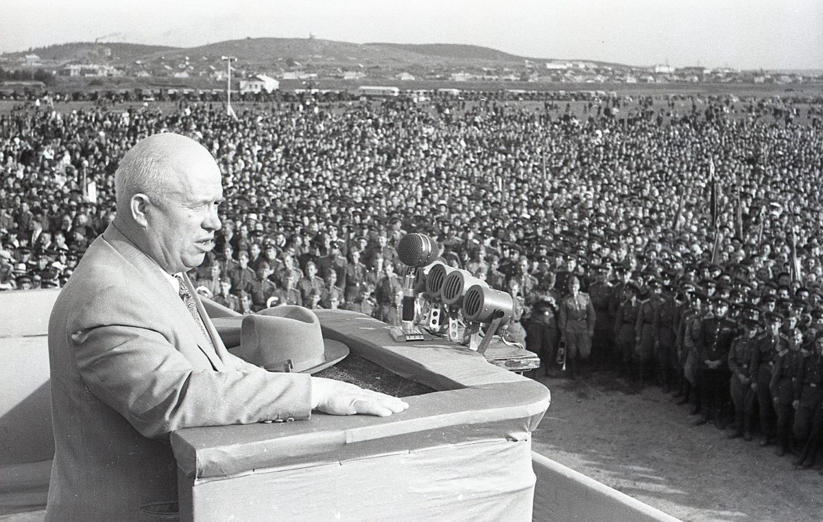 Первый секретарь ЦК КПСС Никита Хрущёв выступает на митинге в Свердловске