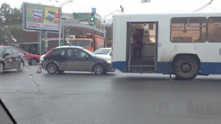 В Уфе на проспекте Октября из-за аварии образовалась пробка