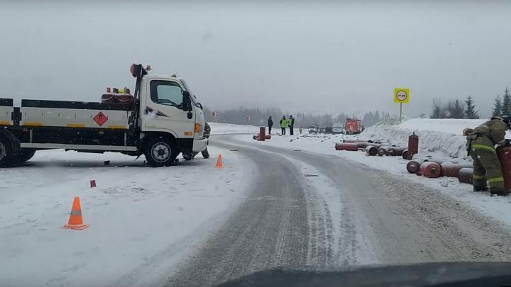 В Прикамье грузовик с газовыми баллонами занесло на встречку. В ДТП погиб один человек