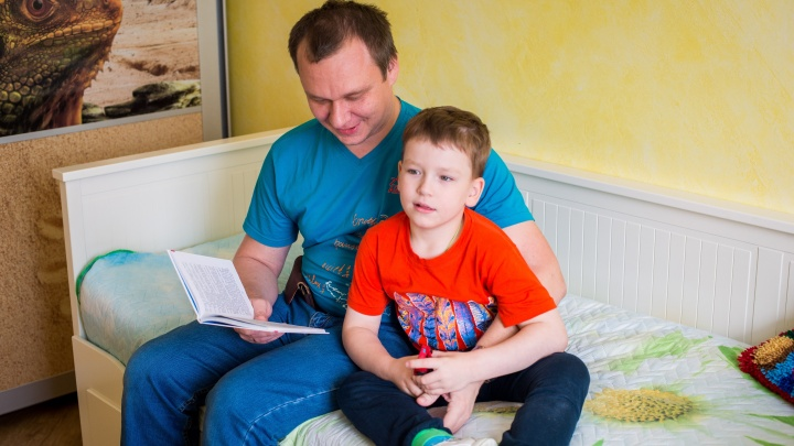 «Мише очень плохо»: новосибирскому мальчику с редкой и опасной болезнью решили помочь в Москве