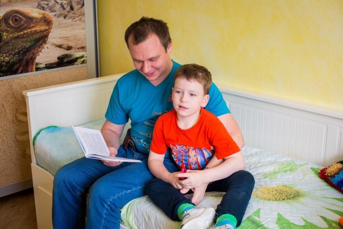 Миша сейчас в больнице — его состояние резко ухудшилось, так что семья переживает, как пройдёт перелёт в Москву на лечение. На фото Миша и его отец Анатолий Смазнов