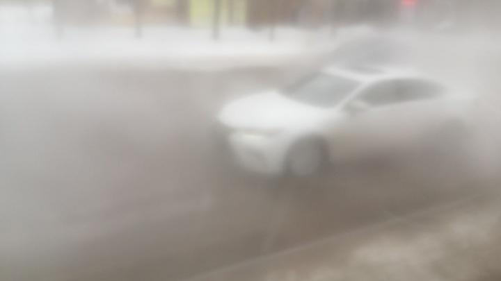 «Из-за пара ничего не видно»: перекресток на Уралмаше затопило горячей водой