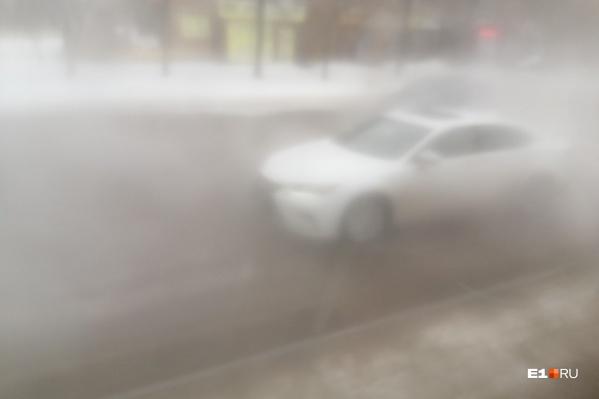 Машины едут в условияхпочтинулевой видимости