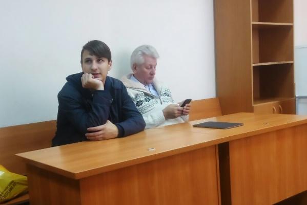 Владислав Кузеванов (на фото слева) попал во внимание полиции почти через месяц после акции. Справа от Кузеванова — его защитник на суде Андрей Гладченко