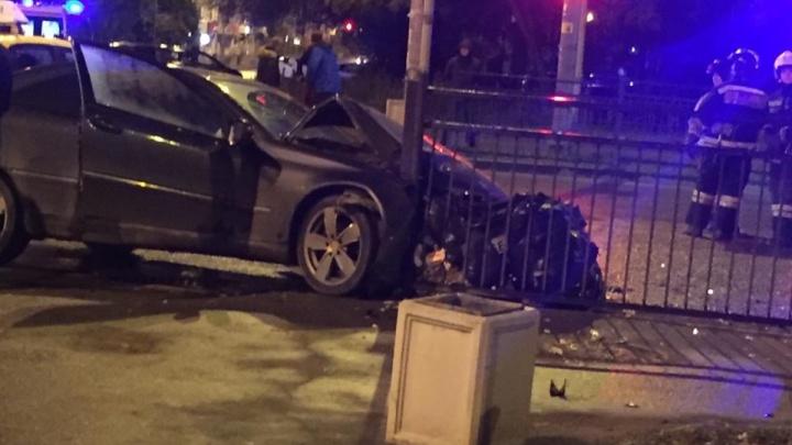 Машина превратилась в железо: в Екатеринбурге в аварии серьезно пострадала пассажирка