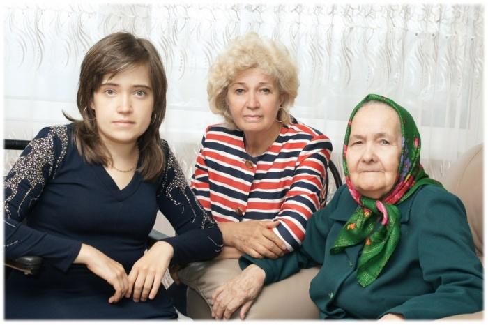 Хамдуня Бадеговна с дочкой и младшей внучкой