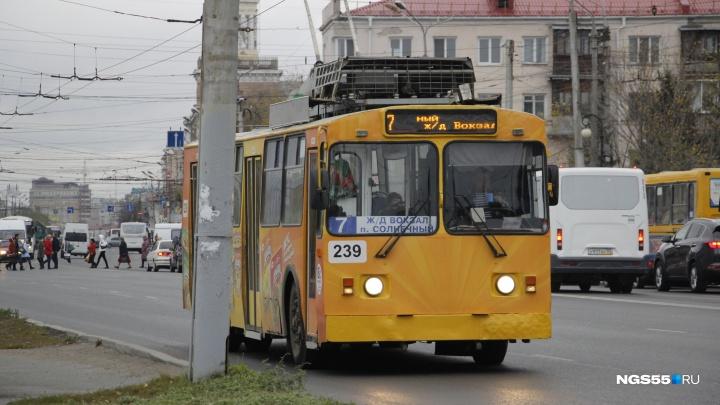 В пятницу в Омске отменят движение двух троллейбусов из-за пробега