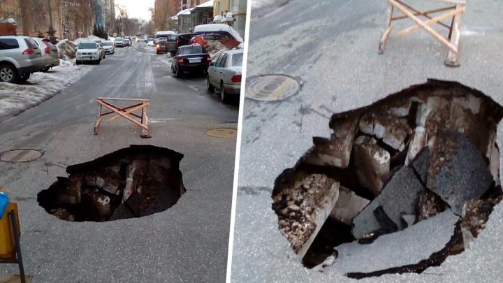 В центре Самары посреди дороги образовался огромный провал