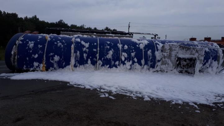 «Пенная атака»: в Самарской области опрокинулась цистерна с нефтью