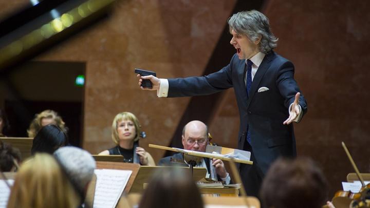 Пистолет, бас-гитара и пиратская шляпа: 10 необычных выступлений Омского симфонического оркестра