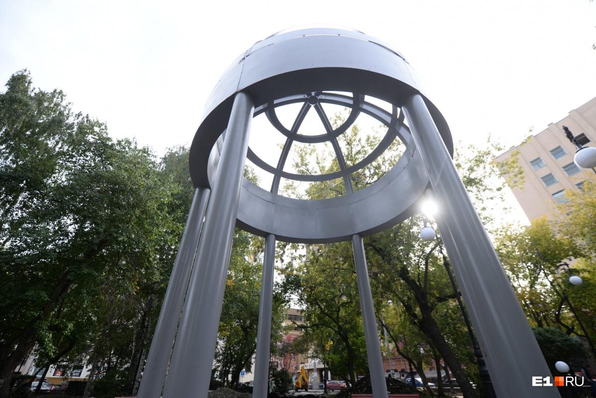По мнению архитектора Александра Самарина, эти ротонды слишком массивны для сквера