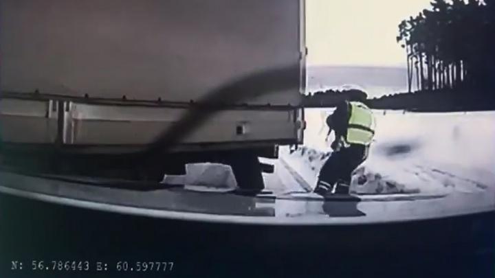 На Объездной дороге сотрудник ГИБДД чудом увернулся от летящей на него фуры: публикуем видео