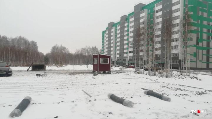 «Ждали полицию два часа»: в челябинском микрорайоне начали огораживать очередную парковку на газоне