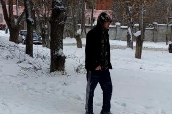 Очевидцы в соцсетях заявляют, что мужчина с видео живёт недалеко от места нападения