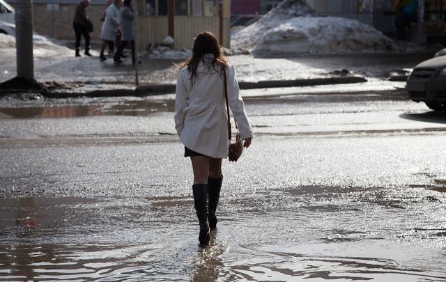 В апрельских лужах: подглядываем за прохожими на улицах весенней Уфы