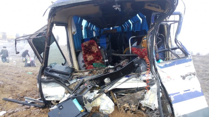 «В салоне находились 56 человек»: в Волгоградской области пассажирский автобус врезался в КАМАЗ