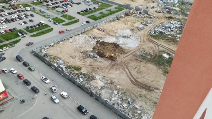 «Не хотим гулять по свалке»: в микрорайоне «Академ» мусор со стройки рабочие закапывают во дворе