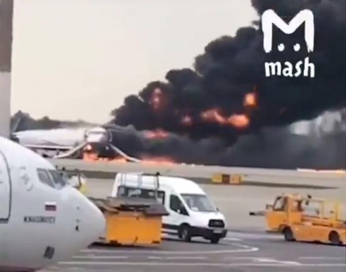 Самолет объят огнем и дымом