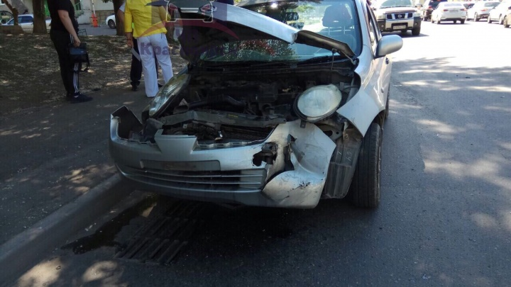 «Выезжала на счёт три»: женщина разбила машину, выбираясь из двора на Киренского