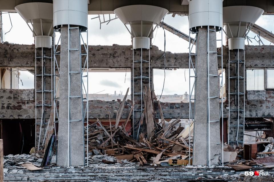 Весной в Перми начали сносить ДК «Телта». Здание ломали в течение месяца. Для этой подборки мы выбрали, пожалуй, самую грустную фотографию.Сейчас на его месте планируют построить гостинцу
