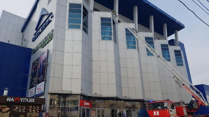 В центре Волгограда тушили условный пожар на крыше торгового центра