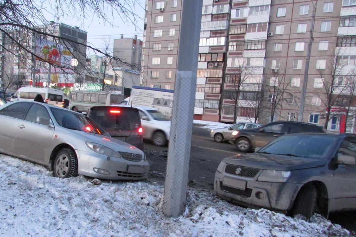 От удара две машины Suzuki и Toyota разметало по проезжей части