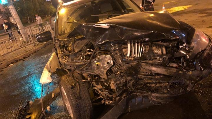 «Как размотало!»: на перекрестке Львовской и Бусыгина столкнулись BMW и SsangYong