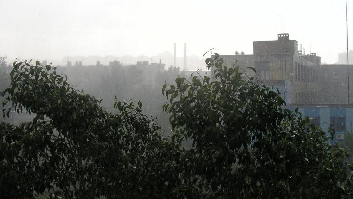 На Волгоград обрушился ураган и грозовой ливень