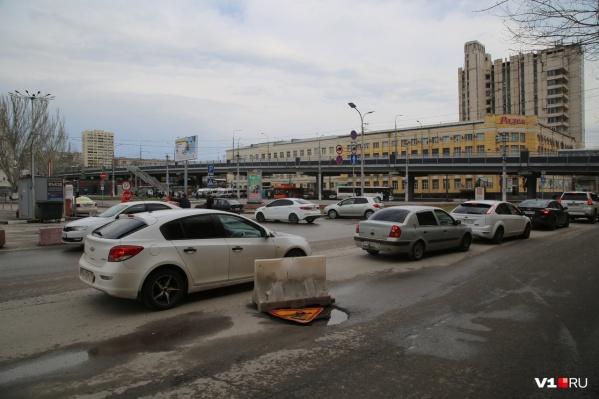 С пластиковым блоком дорога рядом с волгоградским вокзалом прожила несколько месяцев