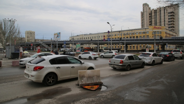 В центре Волгограда после публикации V1.RU убрали препятствия рядом с просевшим колодцем