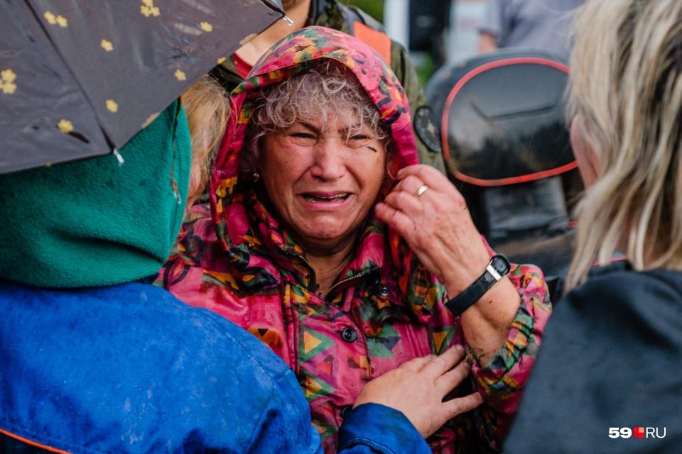 """А это фото, наверное, самое эмоциональное за год. 75-летняя Лидия Кулакова и ее 80-летний муж Александр Алексеев потерялись в лесу под Жебреями в августе. Пенсионеров искали пять дней. На поиски пары выходили почти 600 добровольцев. В итоге волонтеры <a href=""""https://59.ru/text/incidents/66204973/"""" target=""""_blank"""" class=""""_"""">нашли их живыми в лесу</a> возле речки. Момент спасения снял наш фотограф"""
