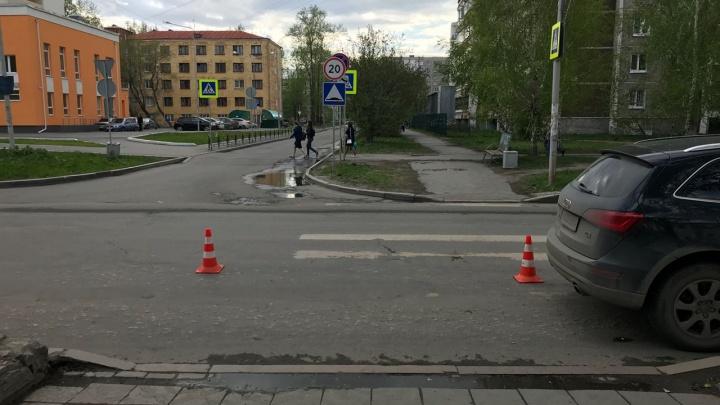 Во Втузгородке Audi проехала по ноге 8-летней школьнице, которая перебегала дорогу по «зебре»