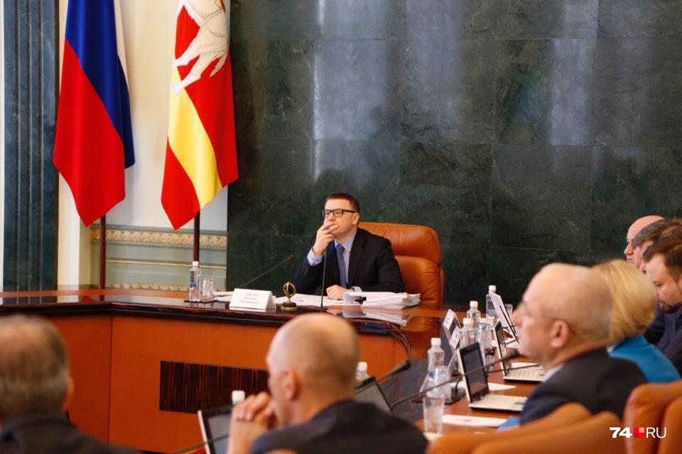 Алексей Текслер не стал отступать от традиционной формы проведения заседания правительства, слушает доклады
