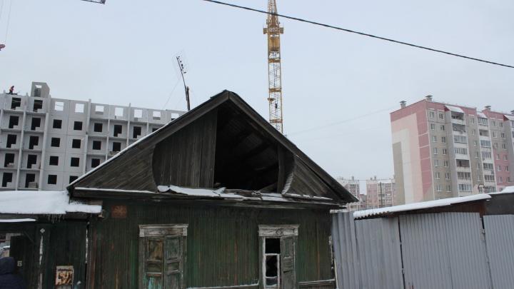 «Зачищают территорию?»: во дворе челябинской новостройки ночью сгорел частный дом