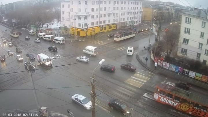 Снова неисправность на путях: в Челябинске в утренний час пик встали трамваи
