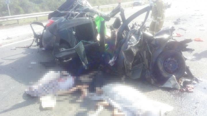 На трассе под Самарой КамАЗ раздавил Lada, в которой ехаласемья с двумя детьми из Екатеринбурга
